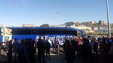Aficionados del Real Oviedo, a la salida del Anxo Carro