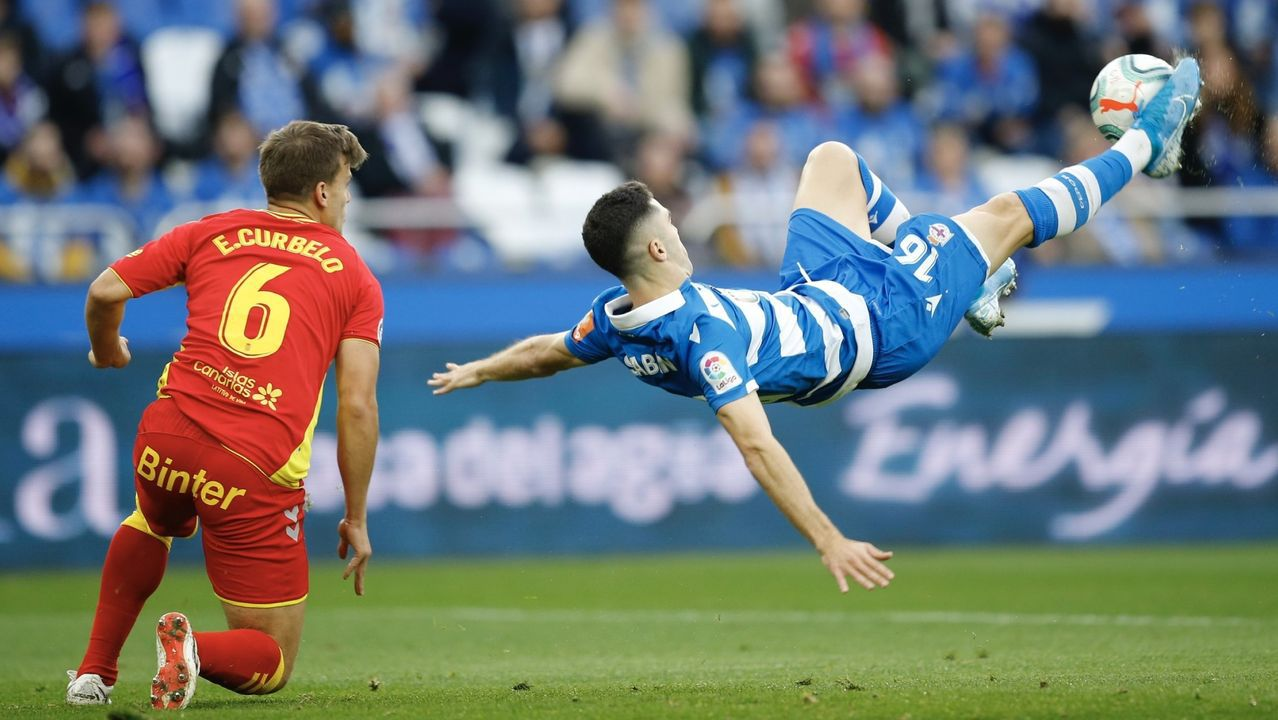 Jimmy pugna por un balón con Pedro en el Oviedo-Deportivo de la 18/19