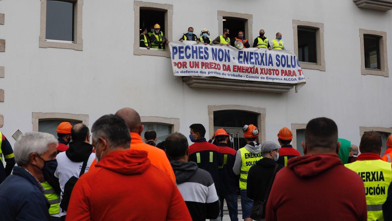 Una representación de los trabajadores, en el balcón de la casa consistorial de Viveiro, mientras sus compañeros los apoyan en la plaza