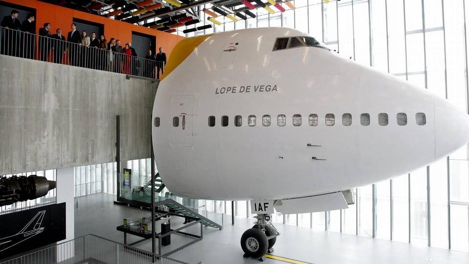 Los príncipes y las autoridades, ante el avión Lope de Vega.