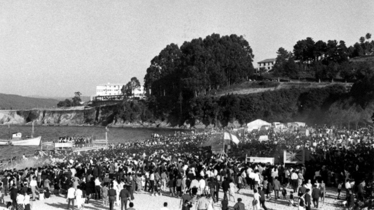 Las imágenes de los 60 años de la sardiñada de Sada.Imagen de archivo de las labores de extinción de un turismo en la comarca de A Coruña