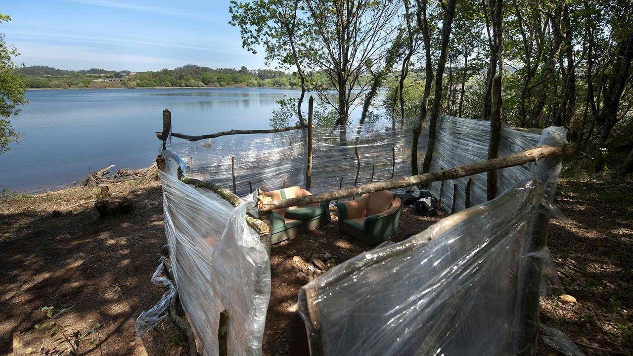Chabola ilegal en Crendes, frente al embalse de Cecebre.Estado en el que quedó la parcela donde estaba la chabola