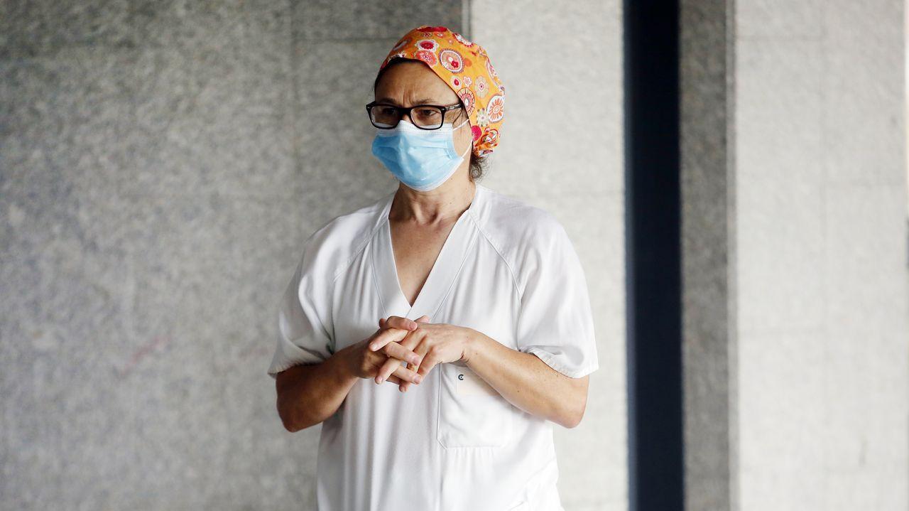 Una trabajadora, en el Hospital Montecelo de Pontevedra, donde ya no hay pacientes de coronavirus ingresados ni en planta ni en la uci
