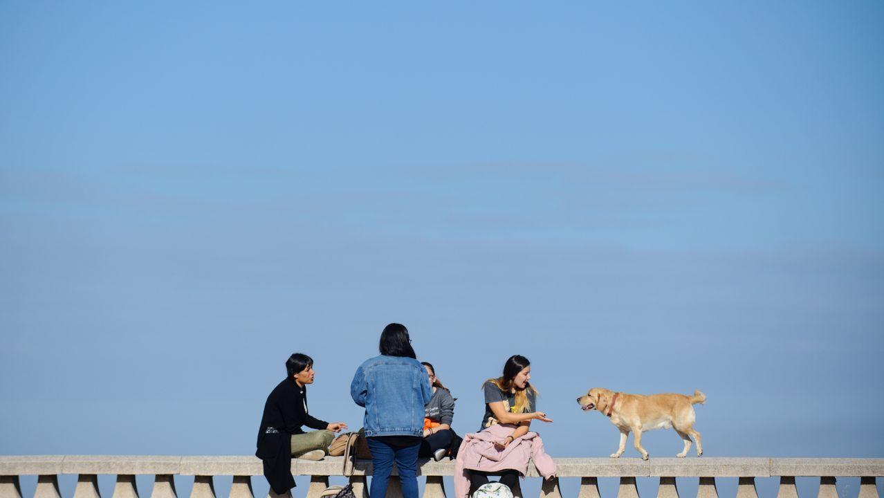 Sol y buen tiempo en A Coruña.Colapso en el puente Pasaxe