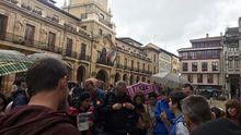 Un grupo de turistas participa en una visita guiada oficial en Oviedo