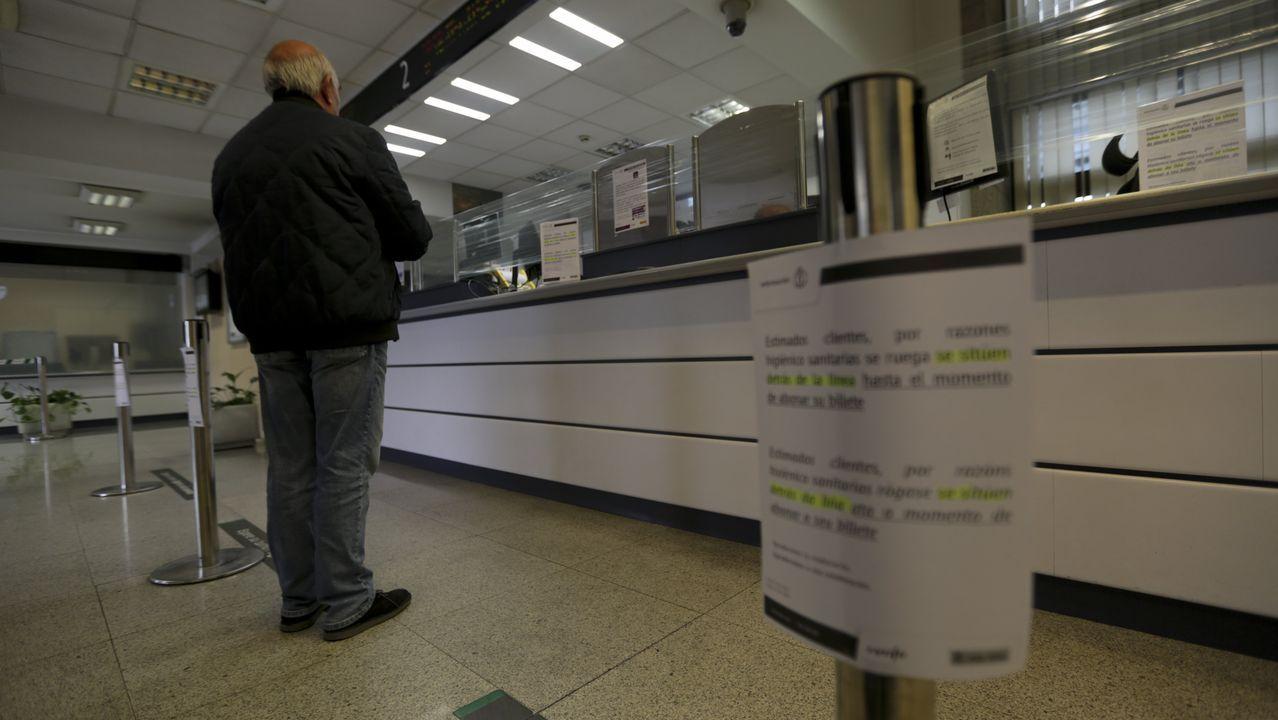 pasajero, autobús, bus, Asturias.Venta de billetes de tren en la estacion de A Coruña