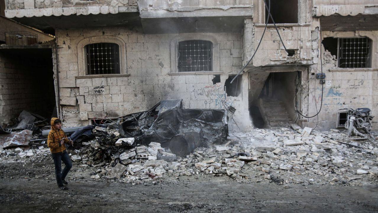 Un niño camina frente a un edificio bombardeado en la provincia de Idlib, en el noroeste de Siria