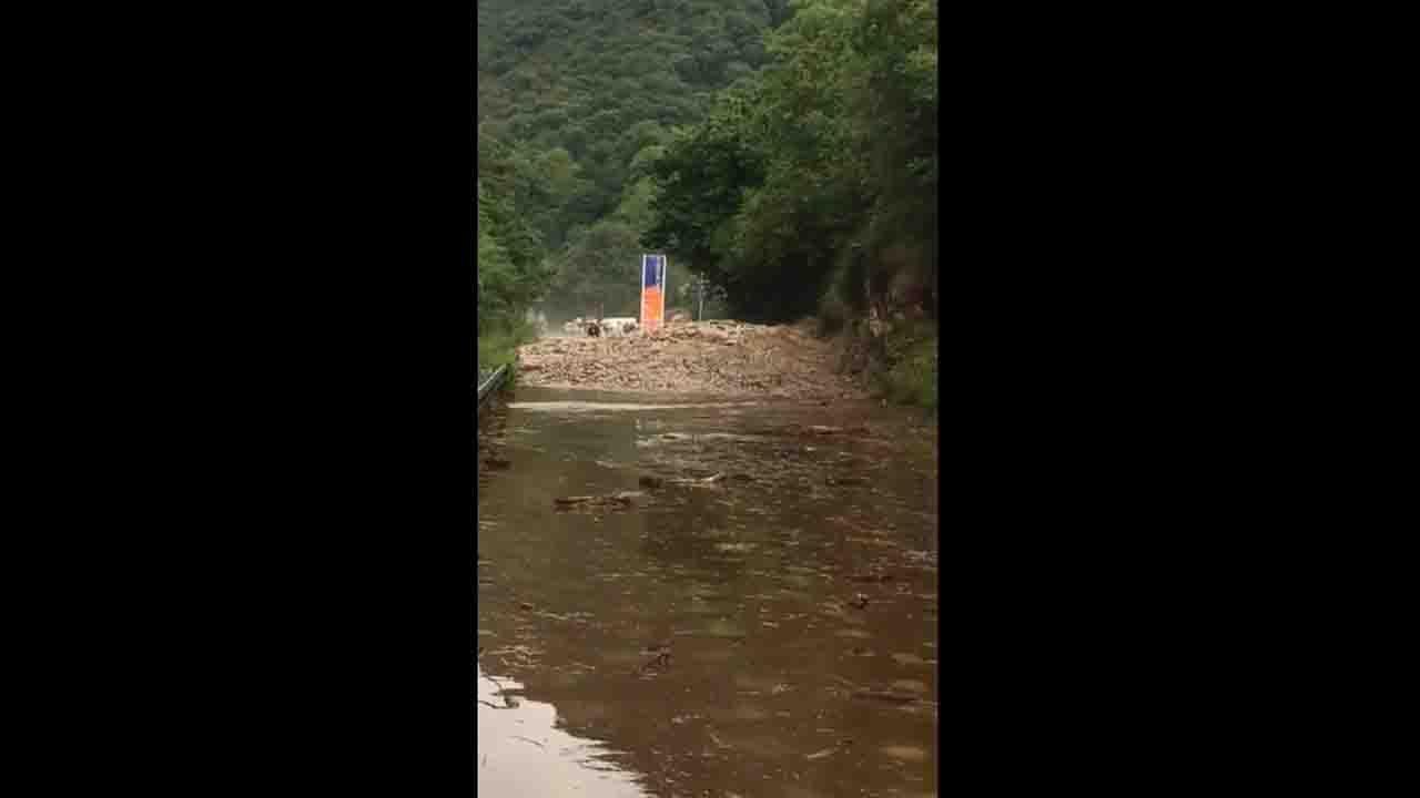 Un argayo corta la carretera AS-114 en Arenas de Cabrales.Estado en el que se encuentra el río Pinzales, en Gijón