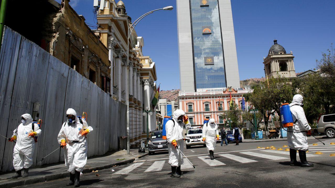Una mujer es desinfectada en Tirana, Albania, antes de entrar en un supermercado
