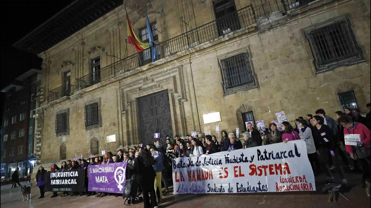 Abusos no, agresiones.Un centenar de personas durante la concentración hoy en Oviedo contra la decisión del Tribunal Superior de Justicia de Navarra (TSJN) de confirmar la sentencia que condena a los miembros de la Manada por abuso sexual y no por violación, como pedían las acusaciones