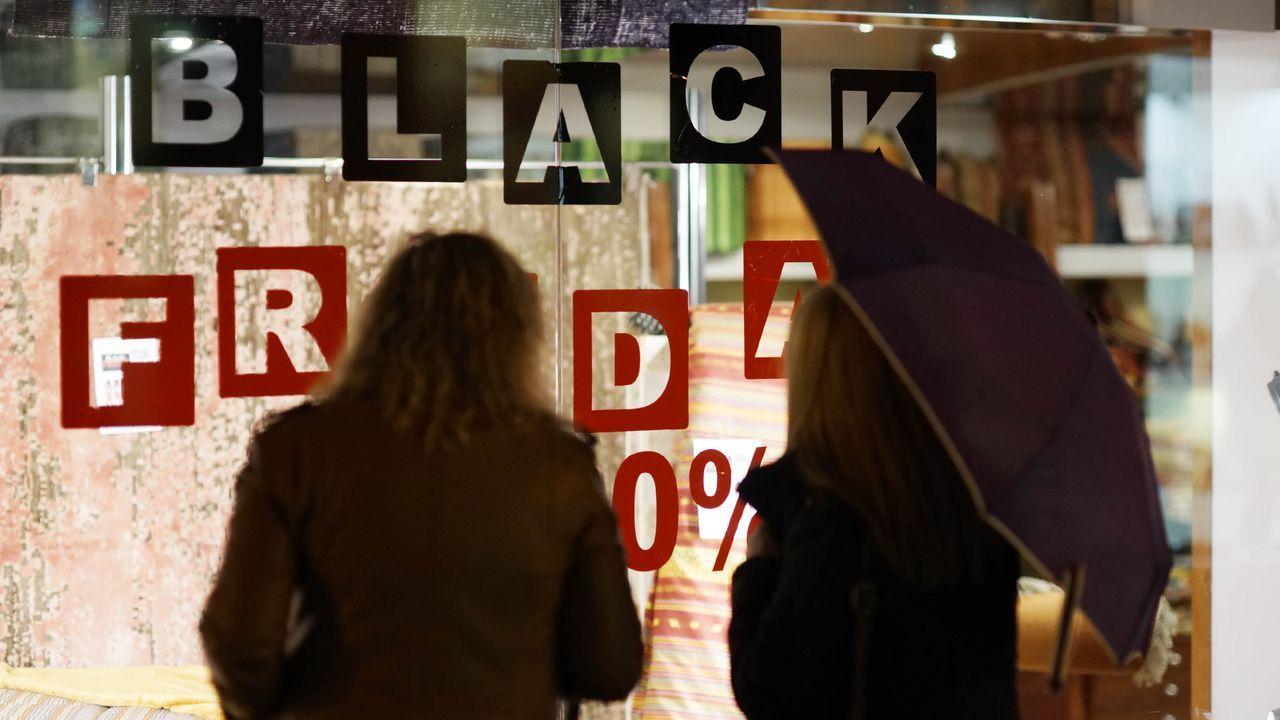 Colas para conseguir las primeras compras del Black Friday.Presentación de la tienda  online  de los productos  made in  O Irixo