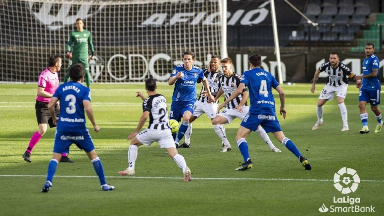 Blanco Leschuk Castellon Real Oviedo Castalia.Gustavo Blanco Leschuk trata de hacerse con un balón ante varios defensores del Castellón