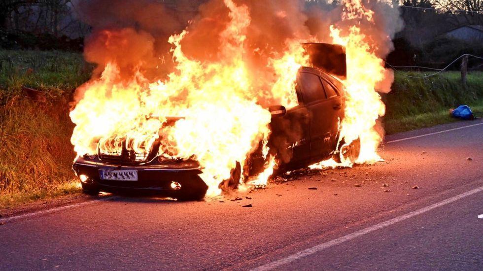 El vehículo quedó completamente destruido como consecuencia del incendio