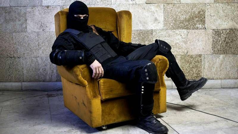 La revolución sentada en un sofá.Yulia, muerta a los 21 años de un tiro en Kramatorsk, es acariciada por su padre.
