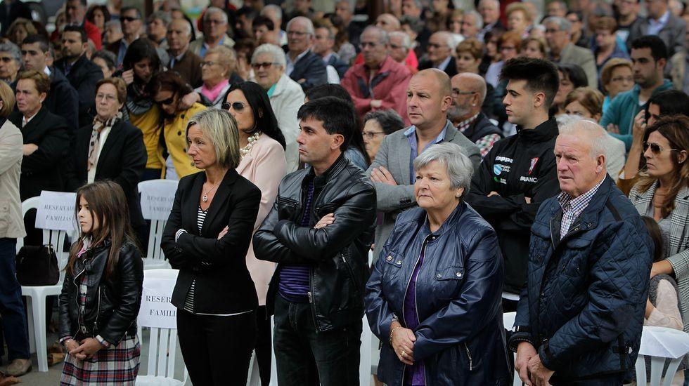 Un millar de personas recuerdan a las víctimas del accidente delrali de A Coruña.Los familiares estuvieron arropados por los vecinos.