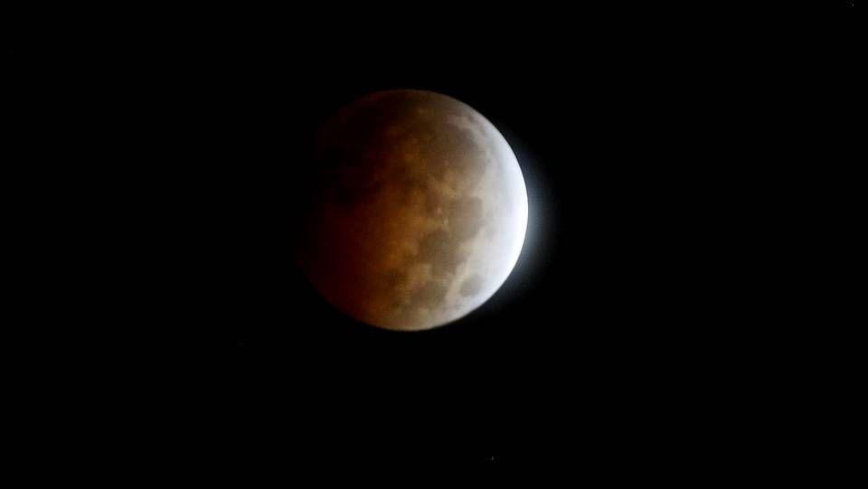 Las imágenes nunca vistas del hombre en la Luna.Playa de Riazor esta tarde