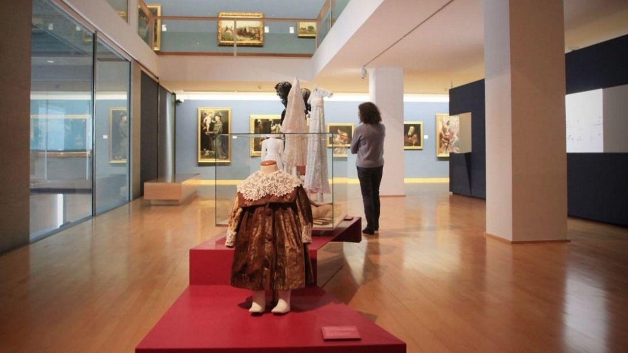 «Vestir épocas» se queda más días. La exposición más exitosa de las últimas temporadas en el Museo de Belas Artes, a pesar incluso de la pandemia, se prolonga hasta el 4 de abril. No es necesario reservar, el acceso es gratuito y solo se permiten grupos de hasta cuatro personas