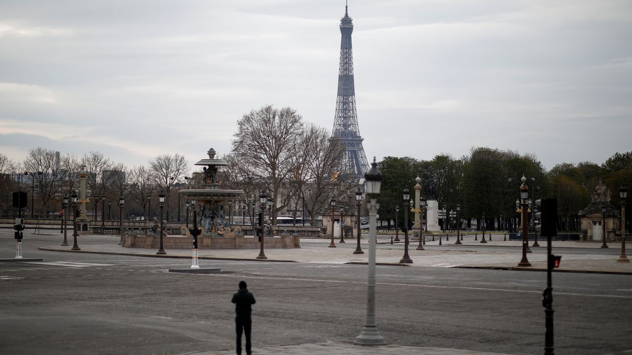 Vista de la parisina Plaza de la Concordia prácticamente vacía