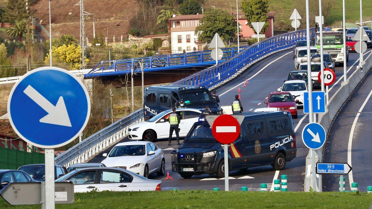 mole.Cierre perimetral. Control de la Policía Nacional en una de las entradas a Oviedo