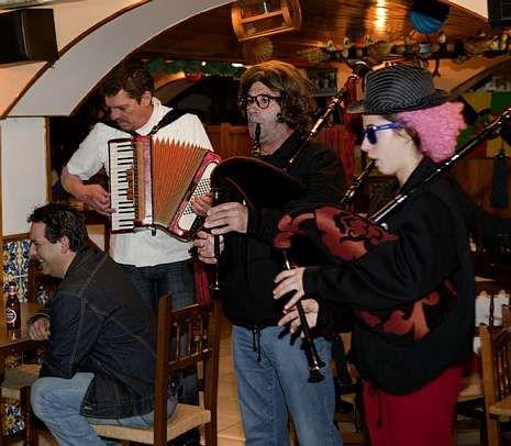 <span lang= es-es >Tapas y música en Muxía</span>. La Ruta dos Pinchos arrancó ayer con la animación del grupo Xaramiños do Corpiño.