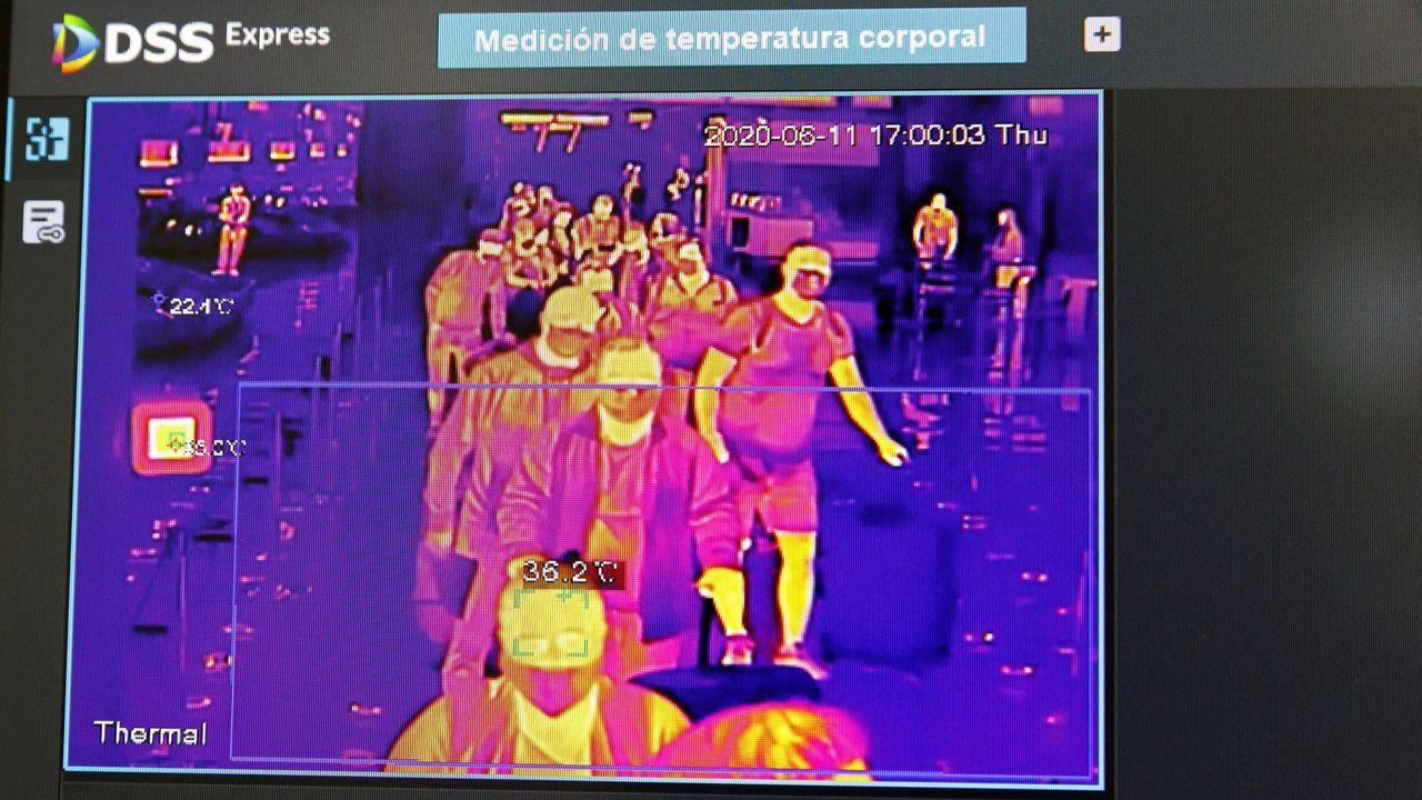 Una pantalla muestra un control de temperatura en el Aeropuerto Adolfo Suárez Madrid-Barajas