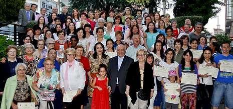 Alumnos y voluntarios de los cursos programados por el centro social San Xoán Bautista de Carballo recibieron sus diplomas acreditativos.