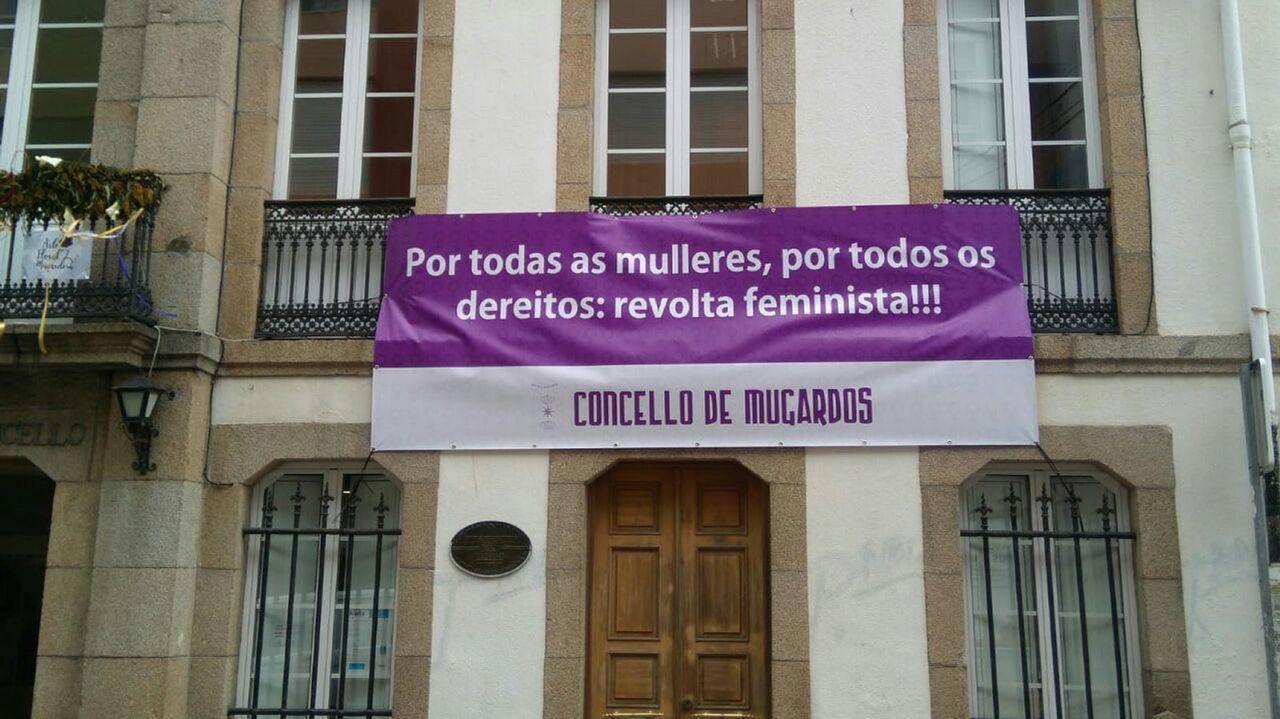 El Concello de Mugardos luce una pancarta reivindicativa