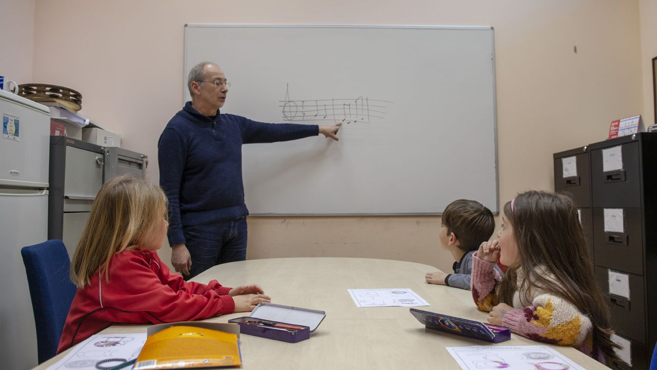 Un grupo de alumnos aprende solfeo con su profesor