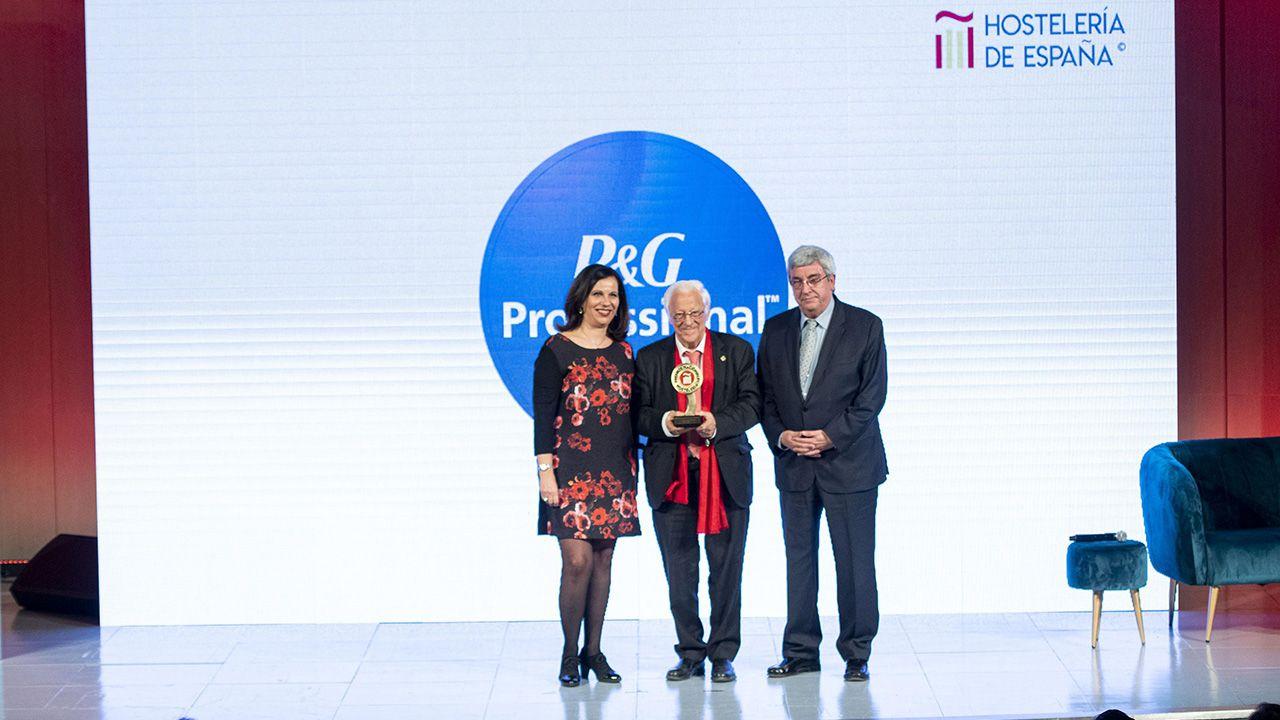 El Padre Ángel recoge el galardón que le conceden en los Premios Nacionales de Hostelería