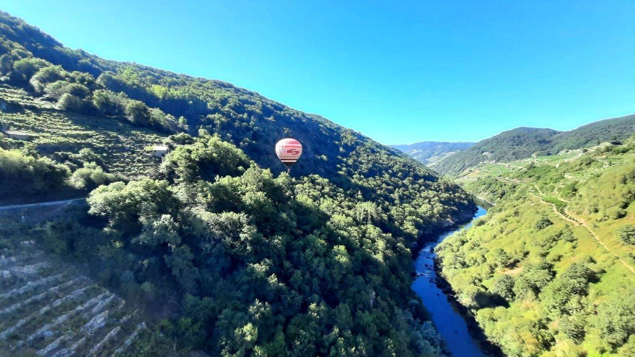 Así es el aspecto de la carretera nacional que une Lugo y Ourense.Un globo aerostático de la empresa Aerotours sobrevuela la Ribeira Sacra del Miño, en una imagen de agosto del año pasado