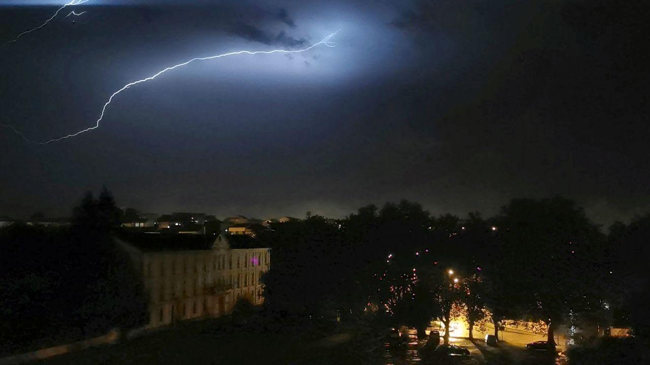 Imagen de la tormenta captada desde la Avenida do Rei, en Ferrol