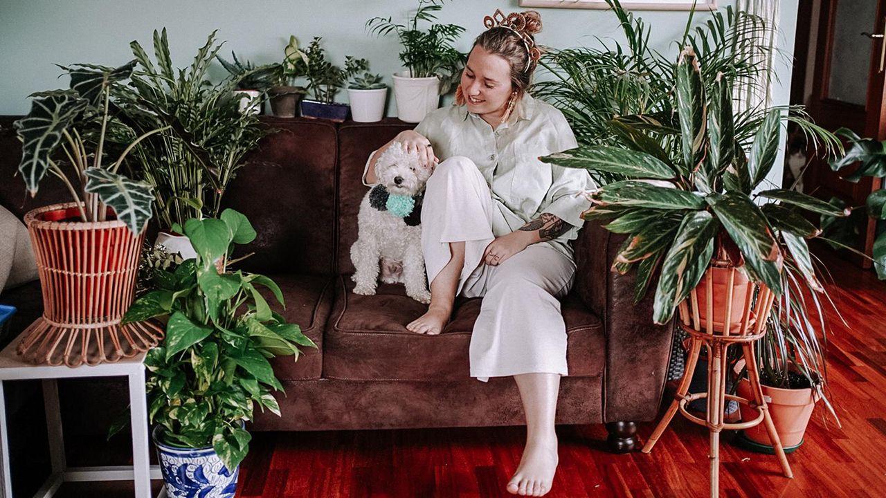 Laura White junto con su perro Sully, quien hizo de padrino en la «boda»