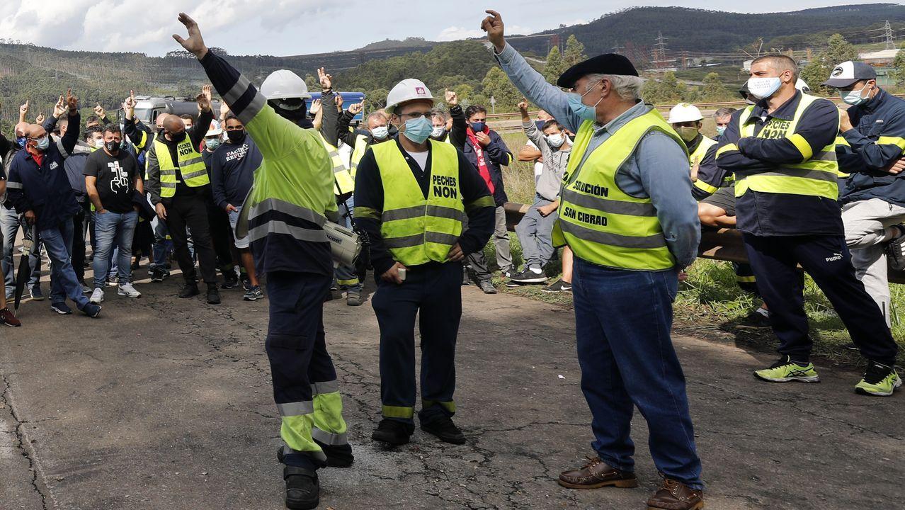 Protestas de los trabajadores de Alcoa San Cibrao delante de la fábrica.Imaxe dunha das asembleas máis recentes dos traballadores de industrias auxiliares de Alcoa