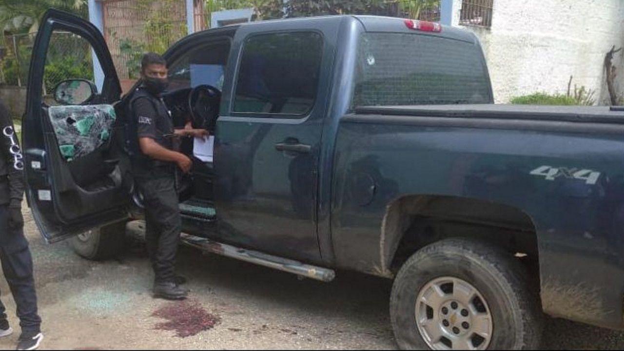 Un policía examina el vehículo en el que fue examinado Viberto Quinteiro
