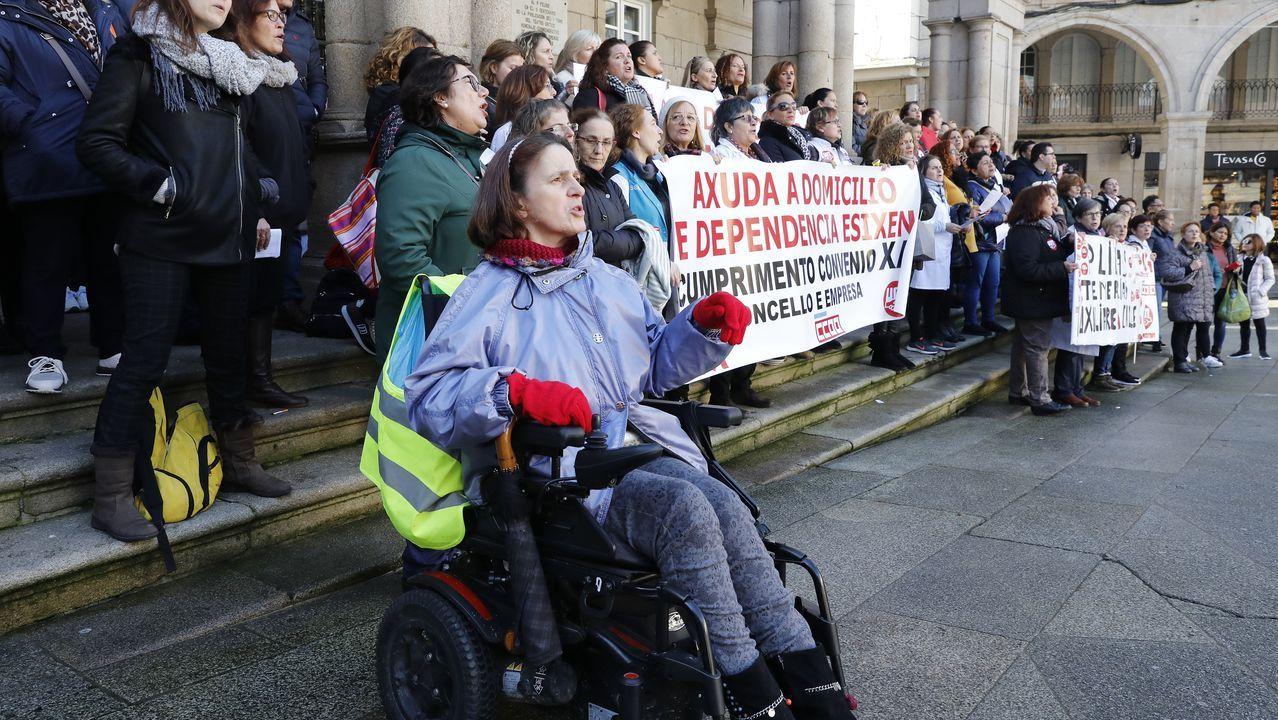Ángeles Sousa, usuaria de la ayuda a domicilio, explica la importancia del servicio para ella.Varios manifestantes se enfrentan a los agentes de policía mientras tratan de traspasar la concertina que los separa para dirigirse hacia el Parlamento