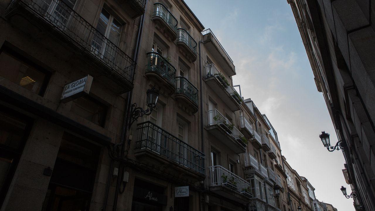 Cartel anunciando la venta de una vivienda usada en la avenida de Ferrol, en Viveiro