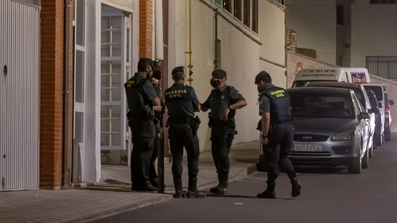 La autopsia determinará si antes de asfixiar a sus hijas Tomás Gimeno las drogó.Agentes de la Guardia Civil junto al domicilo del presunto asesino de Rocío Caíz
