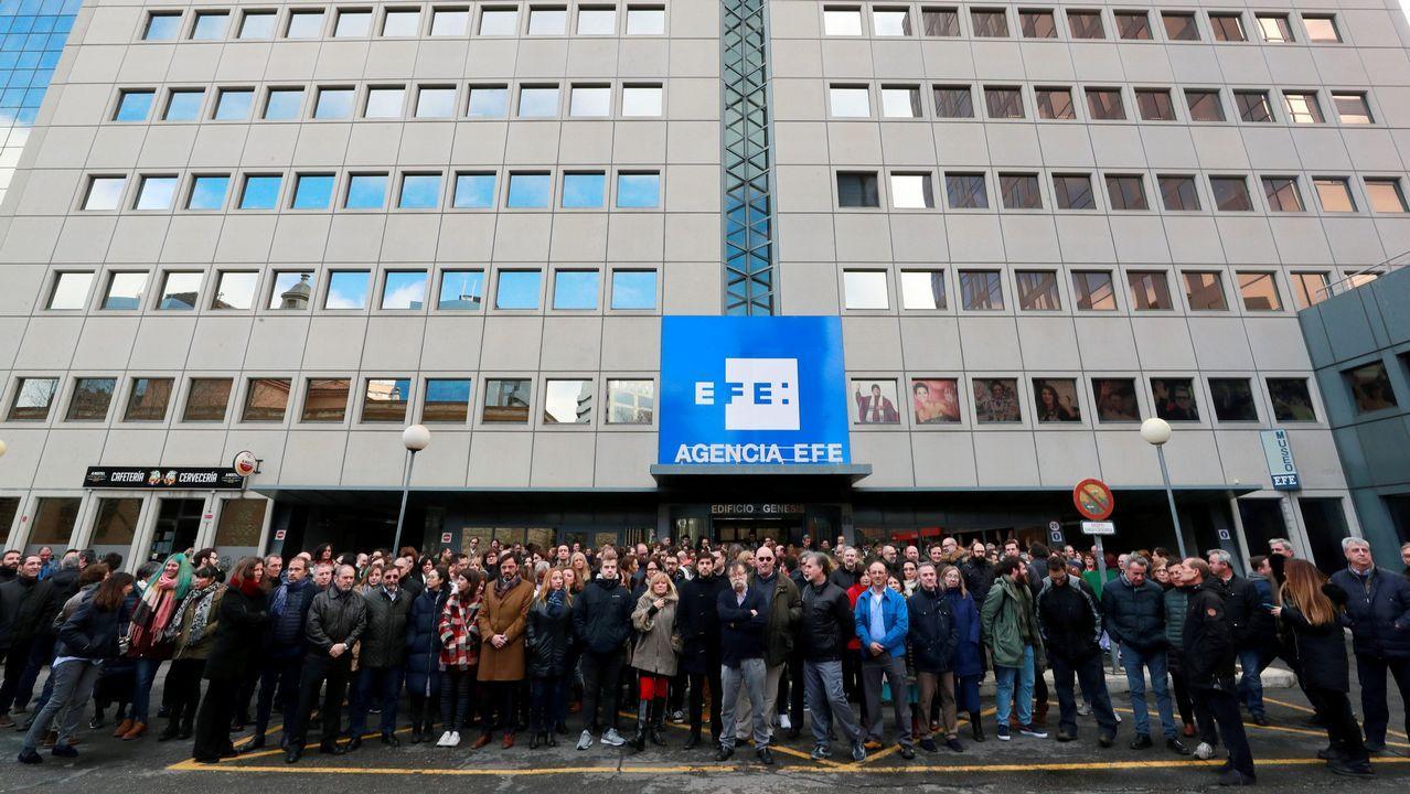 Los trabajadores de Efe se han concentrado este mediodía a las puertas de la sede central en Madrid y de sus centros de trabajo en delegaciones como muestra de apoyo a los periodistas detenidos en Venezuela
