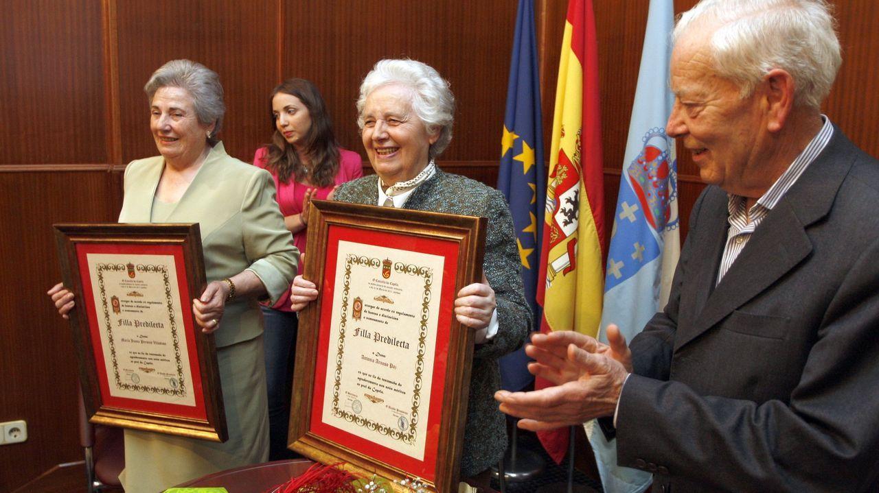 En el centro de la imagen, Antonia Arnoso Paz, «Toñita», recibiendo el título de Hija Predilecta de A Capela
