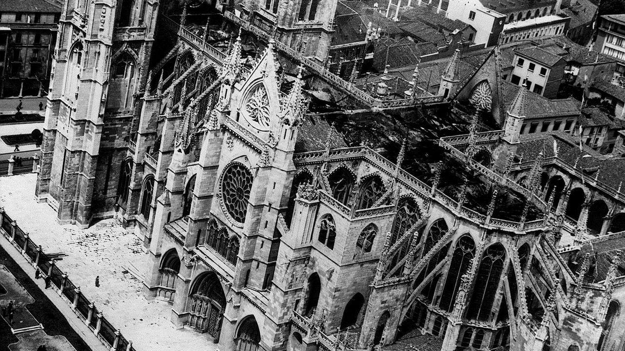 Fotografía de archivo (30-5-1966) que muestra una vista aérea de la Catedral de León después del incendio desencadenado el día anterior.