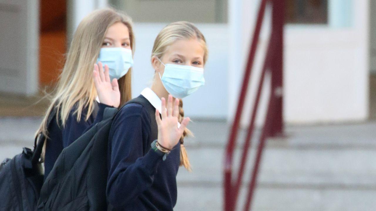 La princesa Leonor, a la derecha, y la infanta Sofía, llegando a su colegio
