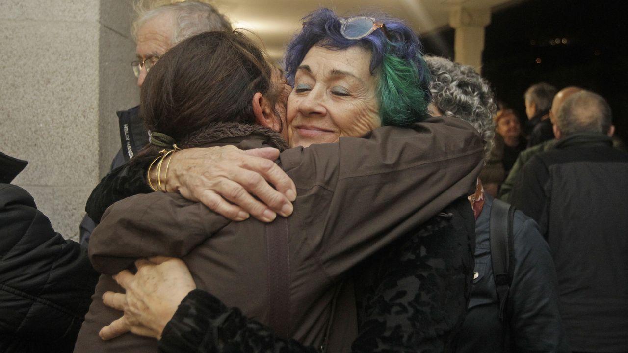 La mujer del exalcalde, Puri del Palacio, recibe las condolencias de una amiga en el tanatorio