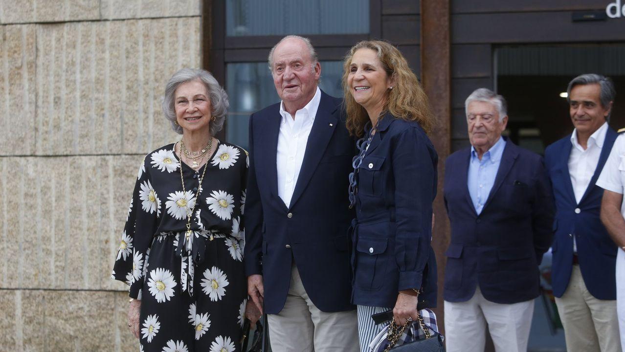 Las imágenes más icónicas de Juan Carlos I en Sanxenxo.El rey Felipe VI (i), la princesa Leonor (d) sonríen durante su visita a Asiegu