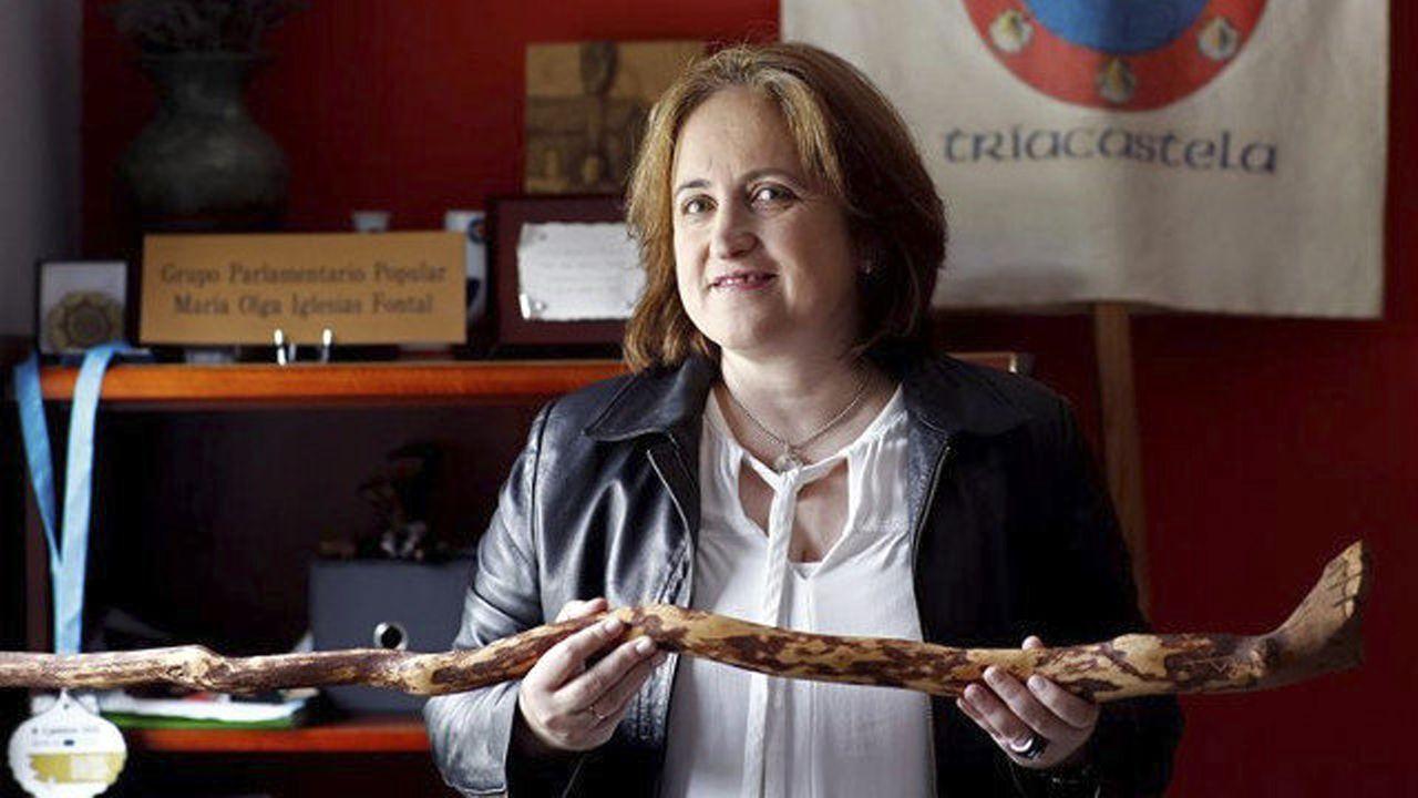 O Camiño garda silencio.La alcaldesa de Triacastela, Olga Iglesias, con el bastón de mando que talló el fallecido José Luis López Río