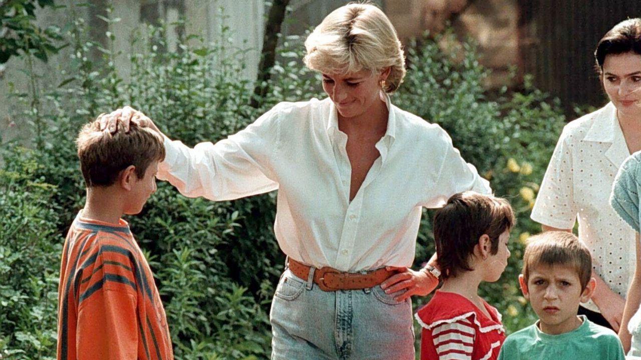 Diana de Gales con el hijo de una víctima de las minas terrestres en Bosnia.
