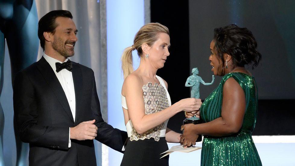 Jon Hamm y Kristen Wiig entregan el premio a la mejor actriz cómica a Uzo Aduba.