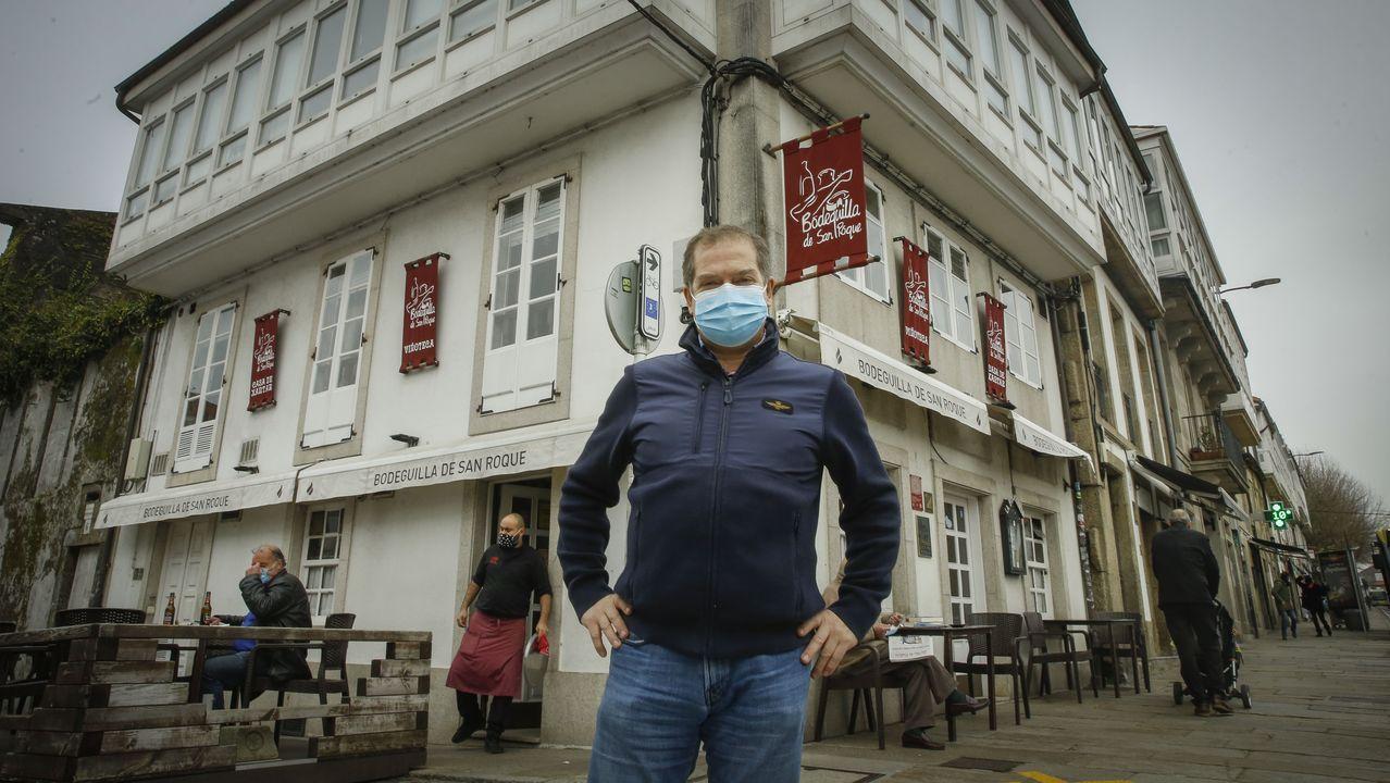 Javier Míguez, ante la Bodeguilla de San Roque, el primero de los tres establecimientos que abrió y que ahora cierra tras 35 años de actividad