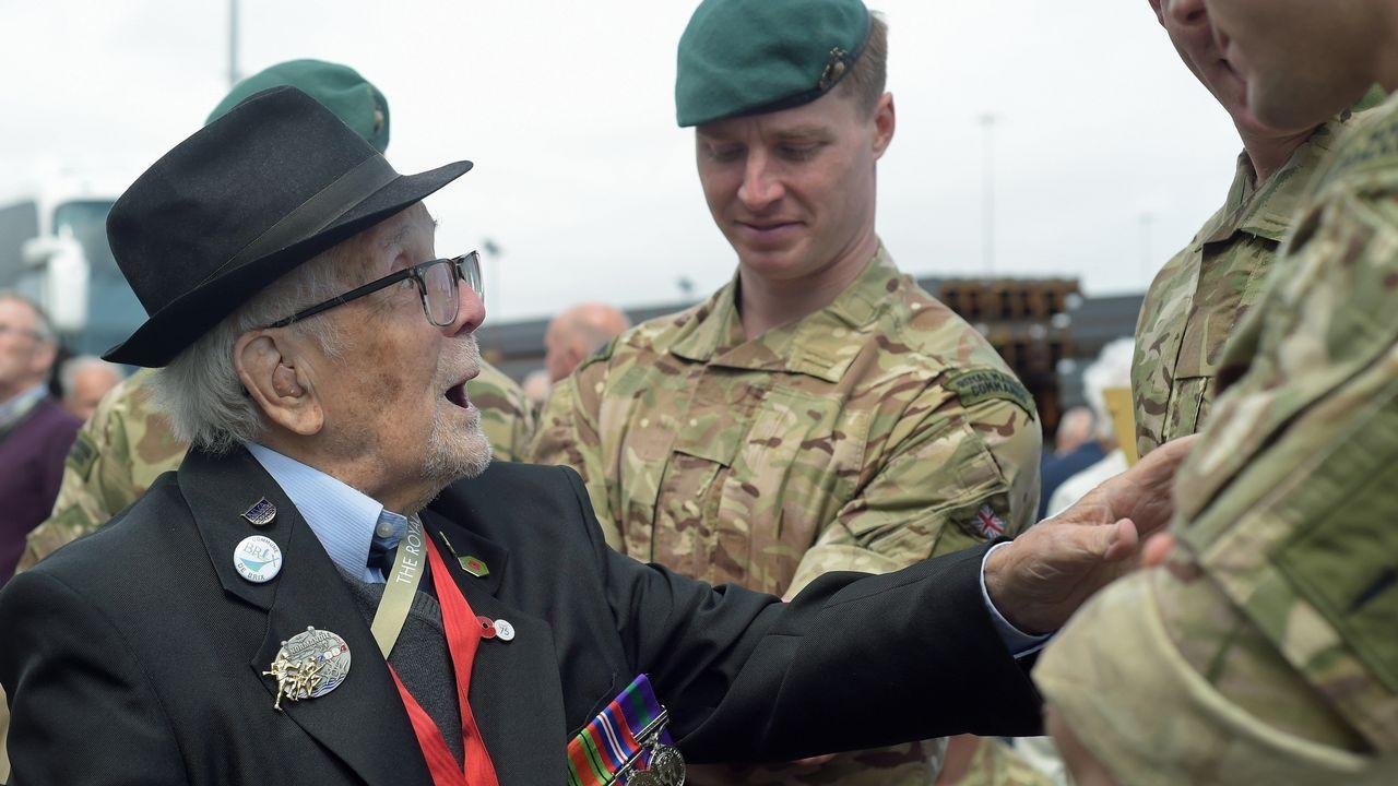 Otro veterano de la Segunda Guerra Mundial cuenta anécdotas sobre el desembarco de Normandía a los marines británicos del Comando 40