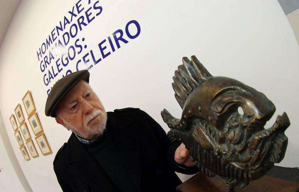 Celeiro junto a una de las esculturas que forman parte de la muestra.