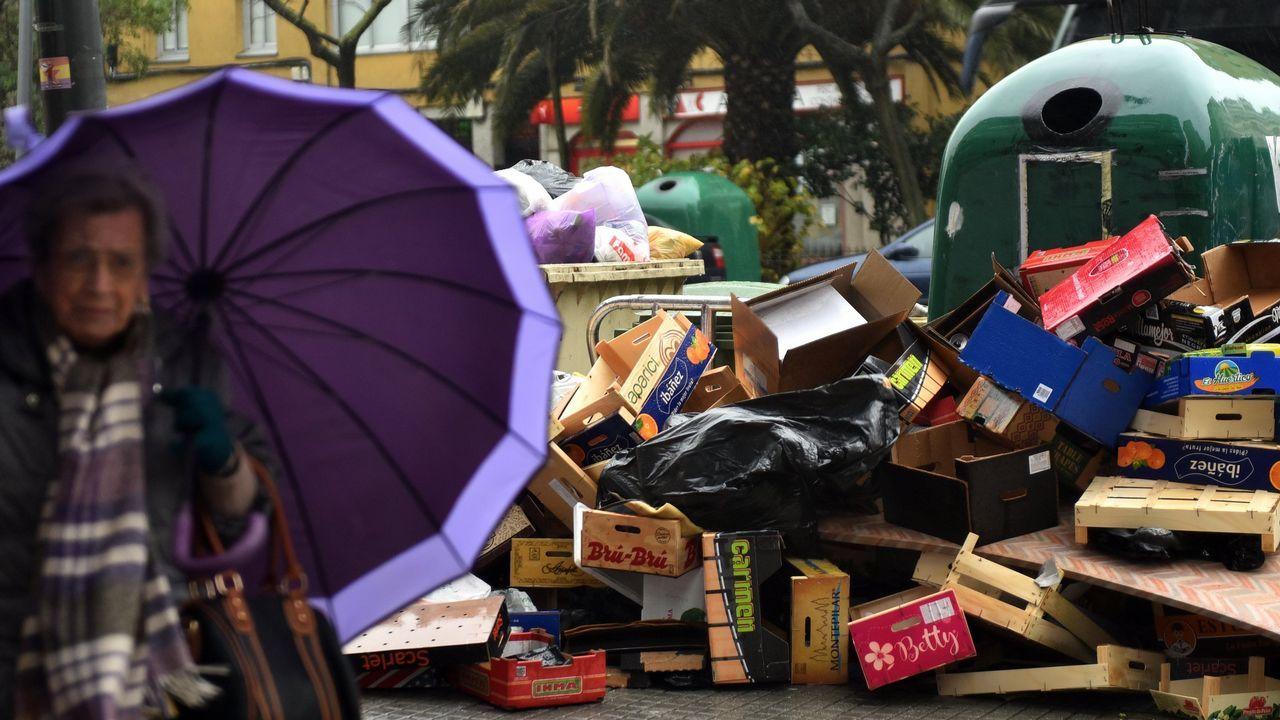 En enero, la recogida de residuos quedó parada una semana porque los operarios se negaron a utilizar maquinaria que consideran insegura. Esos problemas han continuado de manera intermitente hasta hoy. En la imagen, contenedores sin recoger en Linares Rivas, el 19 de febrero.